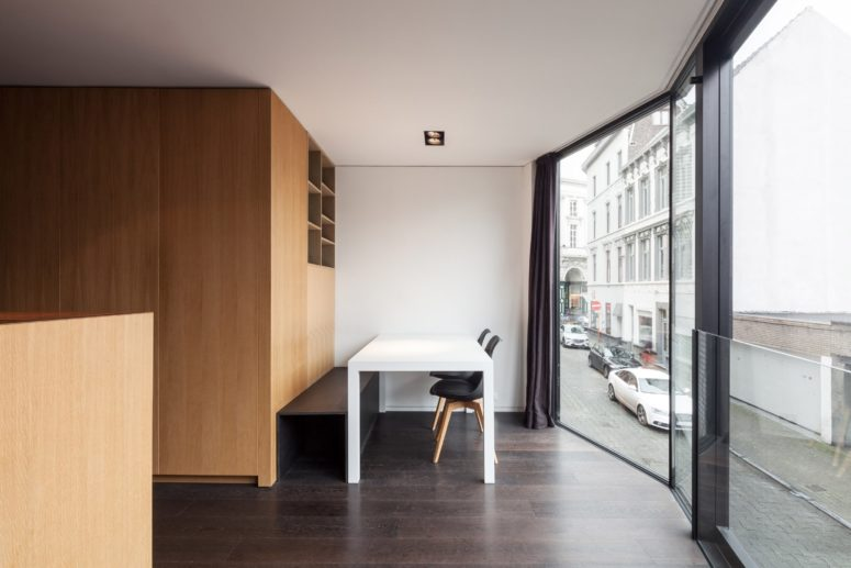 02-The-compact-family-home-has-modern-interiors-with-lots-of-wood-for-a-comfortable-feeling-775x517
