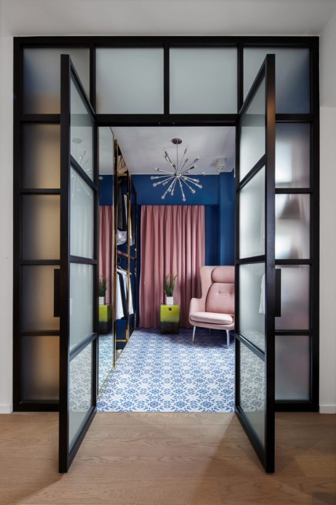 04-The-retail-inspired-walk-in-wardrobe-is-complete-with-custom-freestanding-polished-brass-closets-775x1163