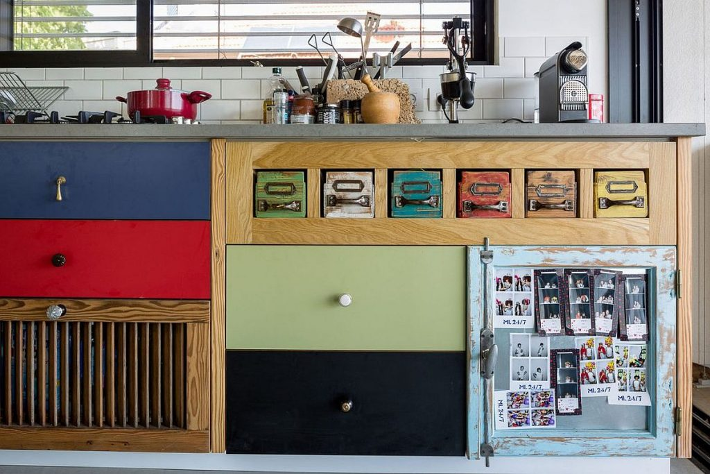 Colorful-wooden-cabinets-in-the-kitchen-bring-cheerful-allure