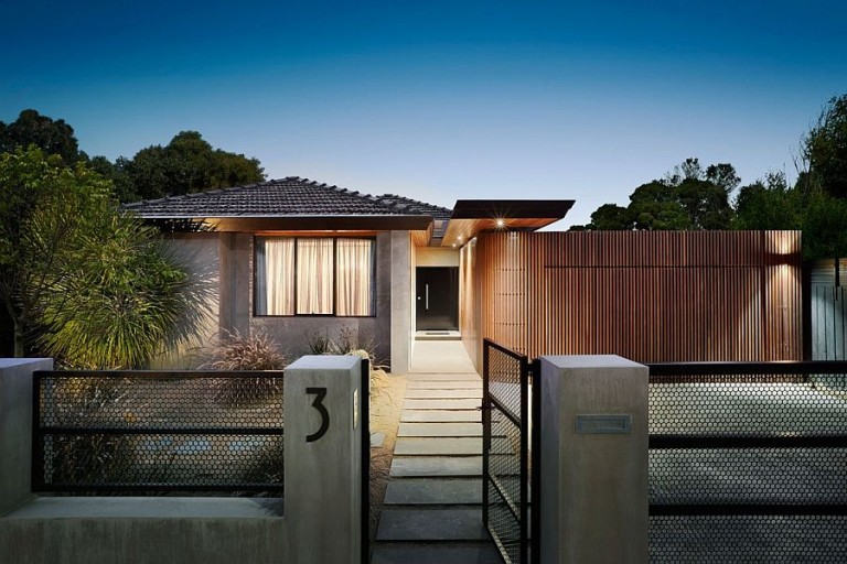 Curved-Woodform-Timber-wall-creates-a-unique-and-dynamic-entrance-at-the-Aussie-home-768x512