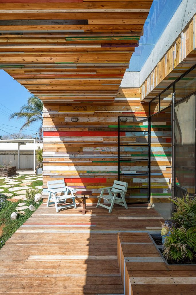 Reclaimed-wood-gives-the-smart-home-a-unique-facade