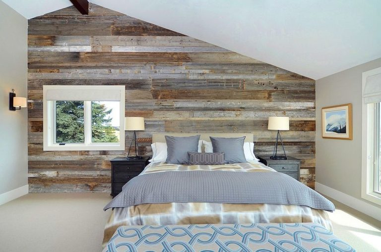 Serene-and-stylish-contemporary-bedroom-with-a-wood-accent-wall-768x509