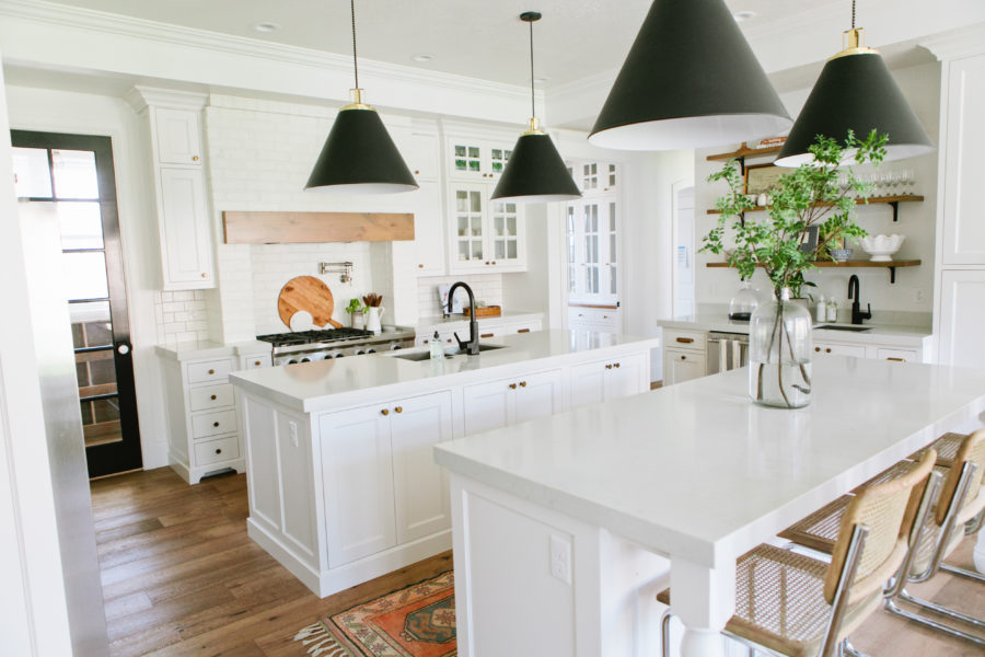 White-charming-farm-kitchen-with-two-islands-900x600