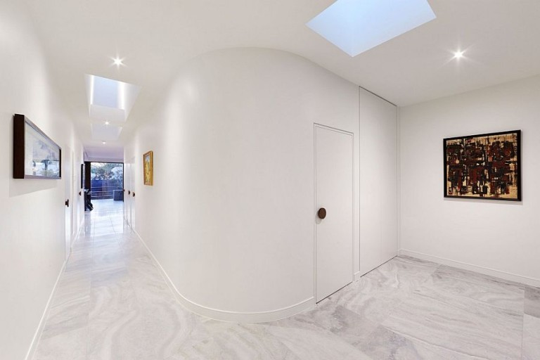 White-corridors-with-curved-wall-and-skylights-768x512
