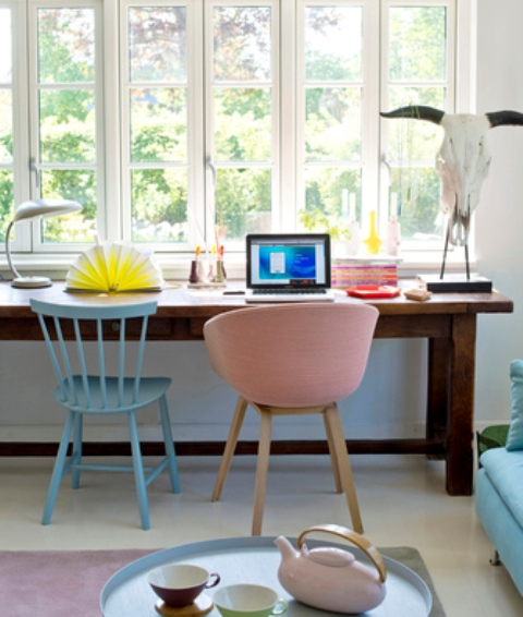 02-The-furniture-is-mid-century-modern-and-cute-it-makes-the-home-office-welcoming