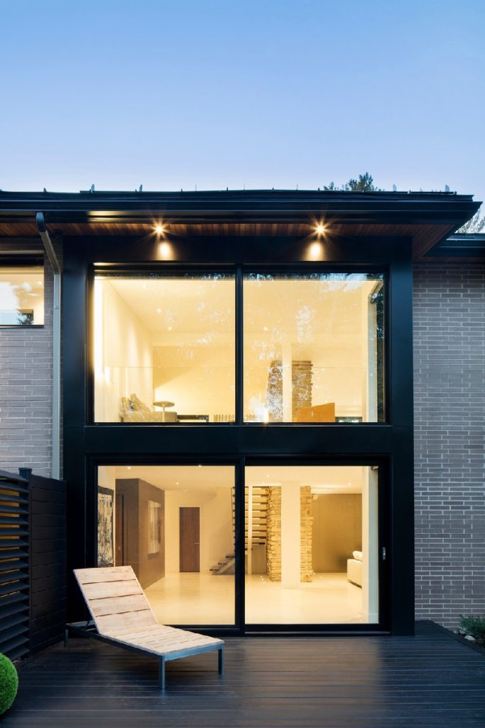 04-Extensive-glazings-also-help-to-merge-outdoors-with-the-interiors