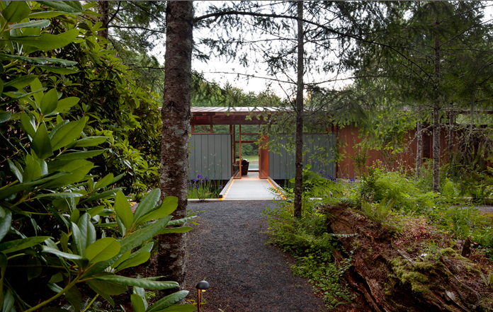 06-To-enable-guests-to-experience-the-place-the-guest-house-is-connected-by-an-outdoor-covered-walkway