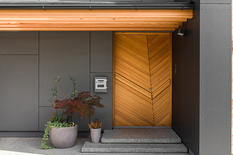 11-The-entrance-can-boast-a-gorgeous-modern-wooden-door-in-the-same-shade-as-screens