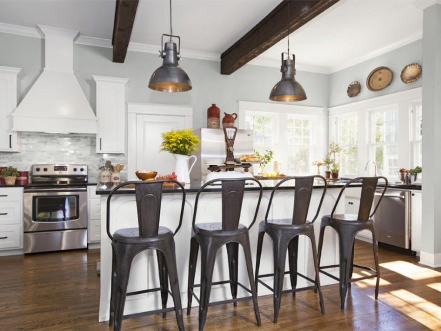 Farmhouse-kitchen-style-with-metallic-bar-chairs-900x675