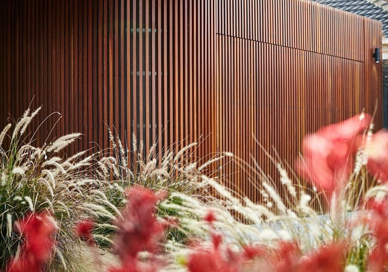 Gorgeous-Woodform-Timber-Batons-on-curved-wall-revitalize-the-facade-of-the-1970s-Caulfield-home-768x538